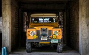 Обои Машина, Land Rover, Стены, Стоянка, Жёлтая
