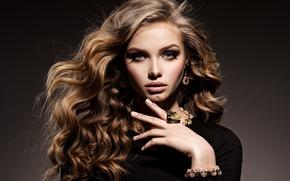 Картинка глаза, взгляд, девушка, модель, рука, макияж, кольцо, голубые, прическа, браслет, кудри, колье, Valua Vitaly