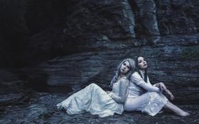 Обои природа, поза, темнота, темный фон, девушки, настроение, скалы, берег, две, портрет, ситуация, руки, блондинка, шатенка, ...