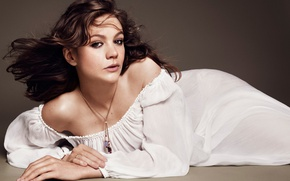 Картинка поза, макияж, платье, актриса, прическа, лежит, шатенка, в белом, на полу, фотосессия, Elle, Carey Mulligan, …