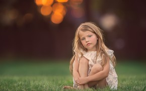 Картинка девочка, травка, боке, Meg Bitton