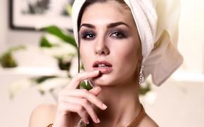 Картинка взгляд, украшения, лицо, фон, рука, портрет, полотенце, серьги, ожерелье, макияж, брюнетка, браслет, красотка, боке, на …