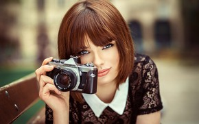 Картинка взгляд, скамейка, фон, портрет, макияж, прическа, фотоаппарат, шатенка, красотка, Marie, боке, Lods Franck