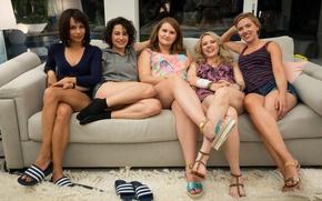 Обои Pippa, Ilana Glazer, Jillian Bell, Zoë Kravitz, brunette, woman, sofa, blonde, girl, movie, film, Scarlett ...