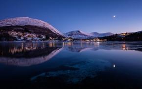 Обои небо, фонари, Норвегия, вечер, огни, луна, Straumen, село, залив, деревья, дома, зима, снег, горы