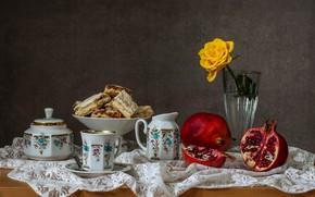 Картинка цветок, стол, роза, ложка, кружка, ваза, натюрморт, жёлтая, блюдце, выпечка, скатерть, гранат