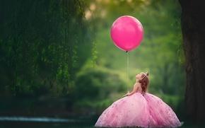 Обои воздушный шар, настроение, шарик, корона, платье, девочка, маленькая принцесса