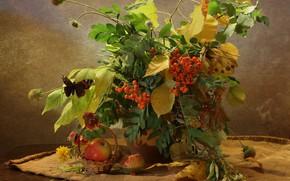 Картинка осень, листья, ветки, стол, бабочка, яблоки, букет, ваза, натюрморт, корзинка, мешковина, рябина