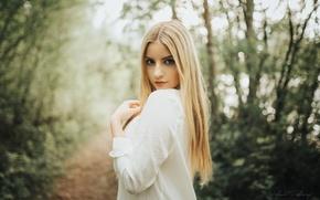 Картинка взгляд, деревья, поза, модель, макияж, платье, прическа, блондинка, красивая, тропинка, в белом, на природе, боке, …