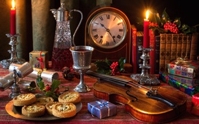 Обои скрипка, натюрморт, падуб, вино, печенье, часы, бокал, графин, свечи, колокольчик, книги, подарки