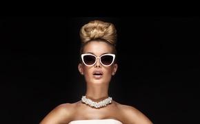 Картинка девушка, модель, очки, прическа, жемчуг, бусы, плечи