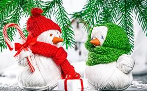 Картинка фон, подарок, ель, ветка, Новый год, снеговик, box, gift, snowman, holding, Handmade, yarn