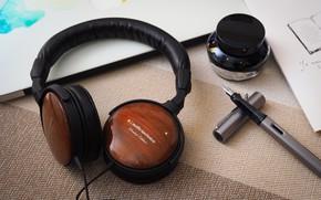 Картинка стол, наушники, Audio-Technica