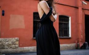 Картинка стена, модель, волосы, спина, окна, серьги, платье, окно, Италия, Italy, водосточная труба