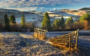 Картинка ограда, иней, горы, вид, солнечное утро, красота