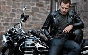Картинка черный, джинсы, куртка, мотоцикл, актер, перчатки, шлем, байкер, байк, фотосессия, Ewan McGregor, кожанка, Юэн МакГрегор, …
