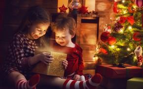 Картинка радость, дети, подарок, елка, вечер, Новый год, гирлянда