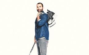 Картинка спорт, джинсы, белый фон, рубашка, борода, клюшка, хоккей, постер, хоккеист, коньки, комедия, Шонн Уильям Скотт, …