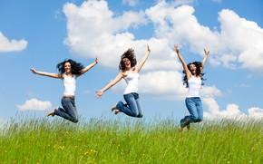 Картинка зелень, небо, трава, солнце, облака, радость, счастье, девушки, настроение, джинсы, босиком, три, прически, брюнетки, в …