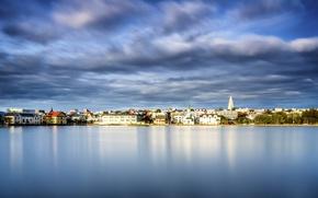 Картинка небо, вода, озеро, здания, Исландия, водная гладь, Iceland, Reykjavik, Рейкьявик, Lake Tjornin, Озеро Тьёрнин