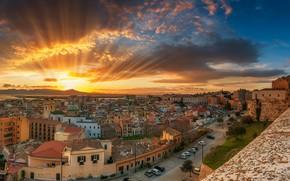 Обои облака, небо, рассвет, Cagliari, море, побережье, крыши, панорама, дома, улицы, Италия, лучи, солнце