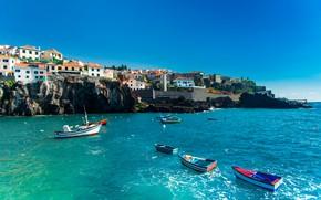 Картинка море, небо, солнце, скалы, побережье, дома, лодки, Португалия, Madeira