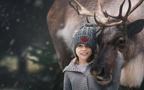 Обои девочка, дружба, кофта, друзья, шапка, олень