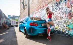 Картинка авто, взгляд, граффити, Девушки, BMW, очки, красивая девушка