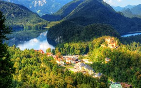 Картинка вид сверху, горы, дома, панорама, Германия, деревья, замок, озеро, зелень, Hohenschwangau, солнце, HDR, Бавария, лес