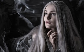 Картинка глаза, девушка, лицо, темный фон, сетка, сеть, рука, портрет, блондинка, красавица, пальцы, длинные волосы