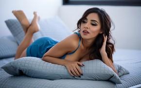 Картинка поза, подушки, макияж, платье, брюнетка, прическа, лежит, красотка, синее, на кровати, боке, смуглая, Luis Gaston, …