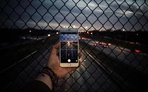 Обои дорога, фото, рука, вечер, камера, шоссе, телефон, iphone, фотографирует, снимок, айфон, рабица