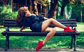 Картинка трава, девушка, солнце, деревья, скамейка, поза, парк, настроение, макияж, платье, прическа, красные, шатенка, ножки, сидит, …