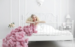 Картинка девушка, цветы, комната, кровать, розы, платье, блондинка, столик