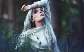 Картинка лес, взгляд, девушка, цветы, природа, лицо, поза, фон, белое, портрет, платье, блондинка, красивая, незабудки, длинноволосая