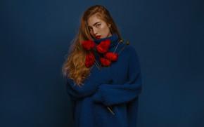 Картинка девушка, цветы, стиль, фон, маки, рыжая, рыжеволосая, пальто, длинные волосы