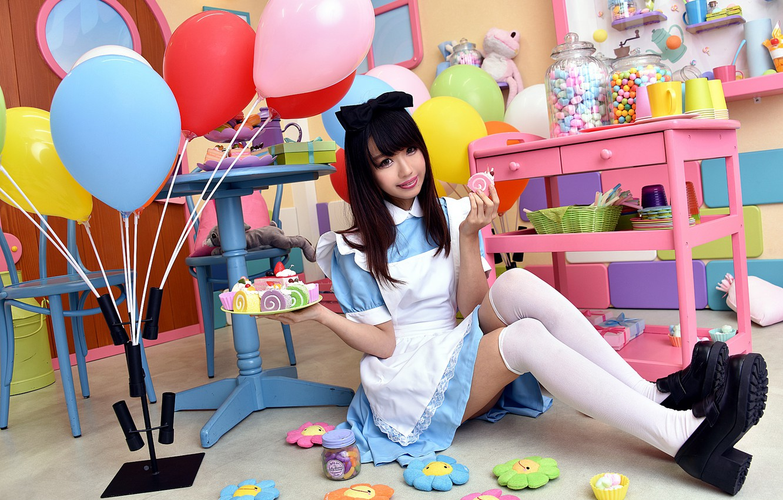 Фото обои взгляд, девушка, шарики, лицо, праздник, волосы, сладости, форма, ножки