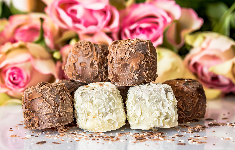 Фото обои цветы, розы, букет, десерт, шоколадные конфеты