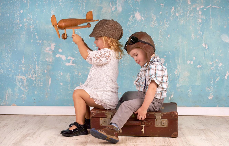 Фото обои дети, самолет, игрушка, игра, мальчик, девочка, шлем, кепка, чемодан, girl, game, друзья, toy, boy, plane, …