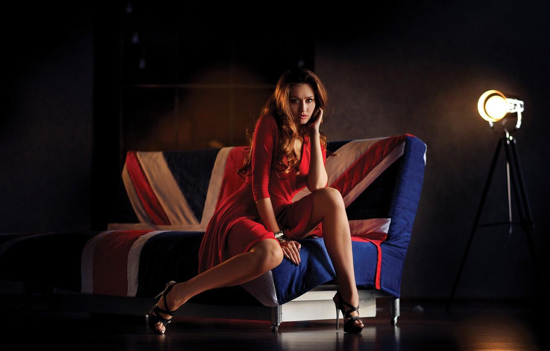 Фото обои поза, диван, ноги, модель, красное платье, прожектор, Денис Лыткин, Анна Бушуева