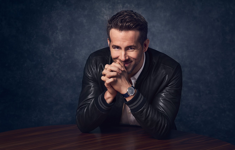 Фото обои поза, улыбка, часы, куртка, актер, Райан Рейнольдс, Ryan Reynolds