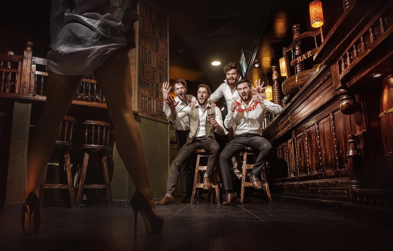 Фото обои девушка, ноги, ситуация, бар, парни, мужики, Денис Лыткин