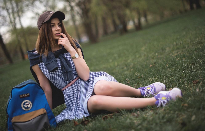 Фото обои девушка, деревья, парк, газон, макияж, платье, прическа, кепка, шатенка, сумка, кофта, сидит, рюкзак, кроссовки, на …