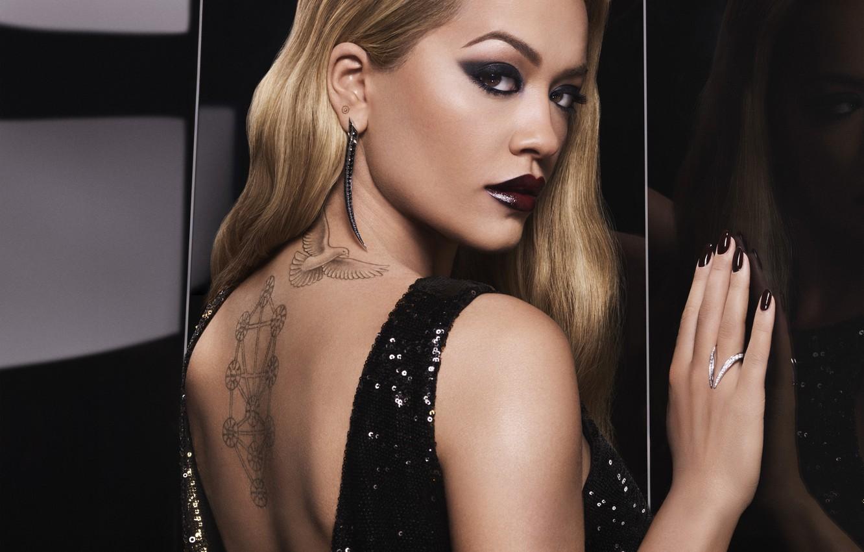 Фото обои взгляд, спина, портрет, кольцо, тату, татуировка, певица, Rita Ora