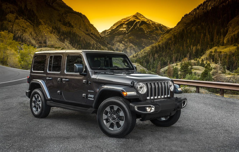 Фото обои дорога, лес, горы, ограждение, 2018, Jeep, тёмно-серый, Wrangler Sahara
