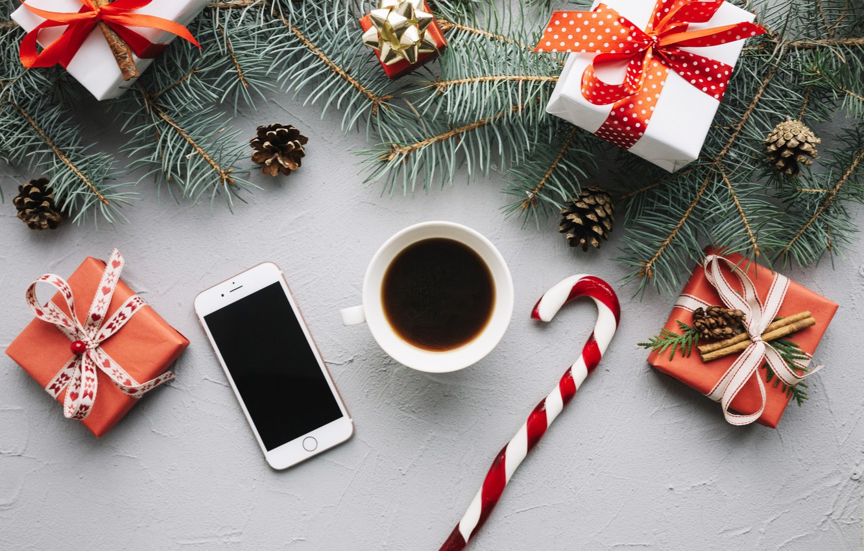 Фото обои новый год, кофе, подарки, телефон, ветки ели