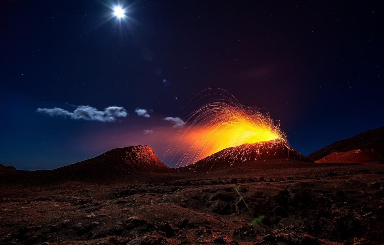 Фото обои свет, ночь, огонь, луна, вулкан