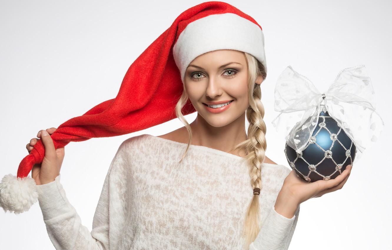 Фото обои улыбка, праздник, шапка, игрушка, новый год, шар, рождество, макияж, прическа, блондинка, белый фон, снегурочка, украшение, …