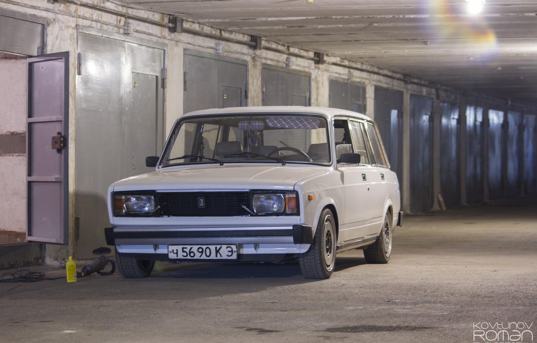 Фото обои гараж, белая, white, ваз, lada, универсал, 2104