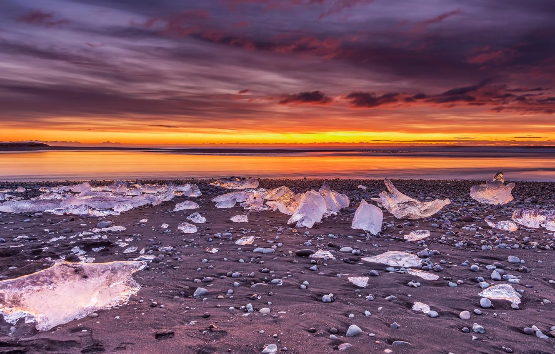 Фото обои лед, зима, песок, небо, облака, закат, горы, тучи, берег, лёд, вечер, горизонт, льдины, Исландия, водоем